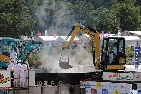山形芋煮フェスティバル重機で調理
